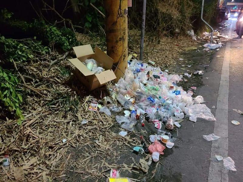 ▲有民眾拍下遶境隊伍離開後,路旁的堆積大量垃圾小山。(圖/翻攝爆料公社)