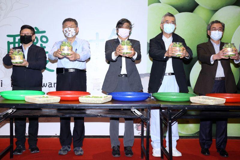 ▲台北市長柯文哲(左二)與信義房屋創辦人周俊吉(右二)一同參加「您釀了梅 脆梅DIY」活動,(圖/資料照片)