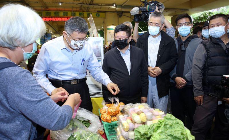 ▲信義房屋創辦人周俊吉(右三)與台北市長柯文哲(左二)一同參加「您釀了梅