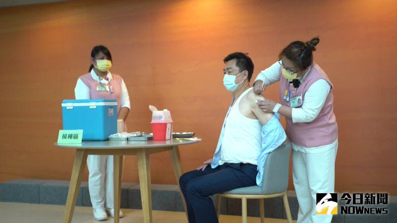 影/打給大家看要民眾安心!陳宗彥秀吊嘎施打疫苗超吸睛