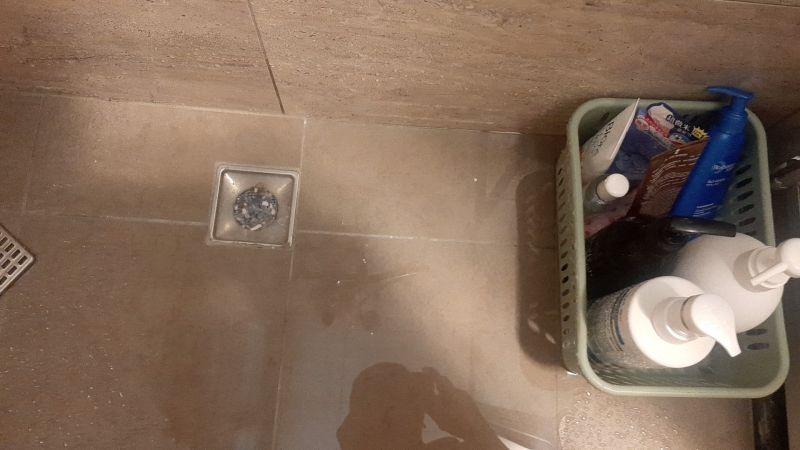 ▲有女屋主爆怨新家入住沒多久廁所排水就出問題,但水電師傅到場一看秒傻眼。(圖/翻攝《爆怨公社》)