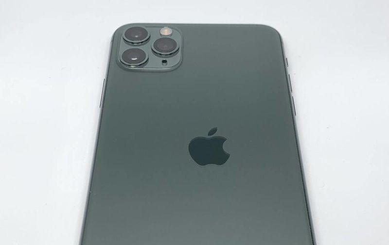 ▲近期就有網友在推特上,分享一張iPhone 11 Pro背後的蘋果Logo圖案打印出錯的照片,意外在網路上掀起討論。(圖/翻攝Internal Archive推特)
