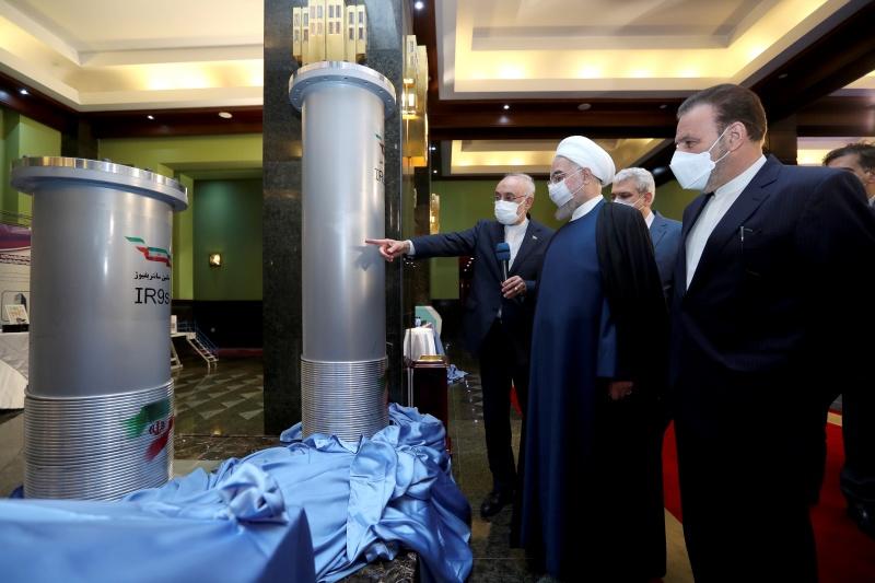 ▲伊朗當局10日宣布啟動納坦茲(Natanz)核子設施的先進鈾濃縮離心機,卻疑似遭到襲擊,並將遇襲事件歸咎宿敵以色列。德國與歐盟警告,此事恐不利於後續的核談判。突圍伊朗總統魯哈尼聽取有關報告。(圖/美聯社/達志影像)