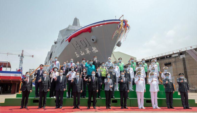 海軍第一艘萬噸級兩棲運輸艦,「玉山艦」今天下水。(圖/總統府提供。)