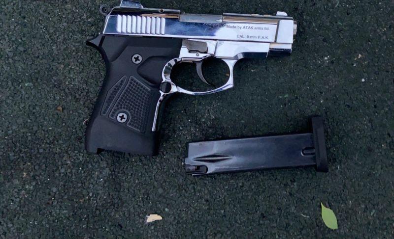 男子載女友出遊把玩手槍 走火中彈傷及右膝