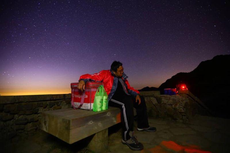▲網友從台北騎了286公里到合歡山,就為了將飲料交給在高山上工作的朋友。(圖/網友Dio