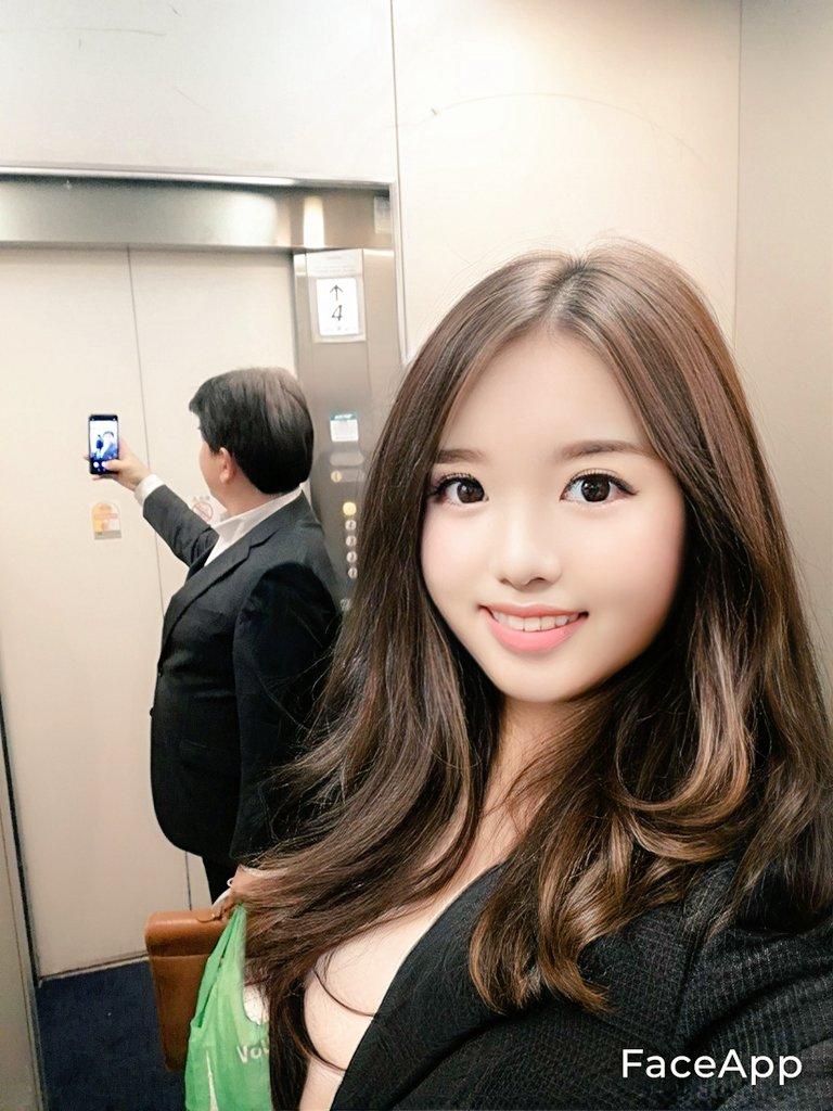 ▲沒想到這張照片曝光後,卻被眼尖的網友發現,在電梯的鏡子反射出來的卻是一位「上班族大叔」。(圖/翻攝自推特《在宅のアーマー》)