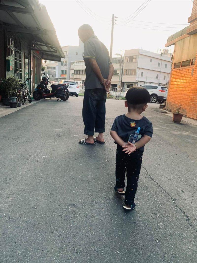 ▲網友分享阿公帶大的孩子會這樣走路,吸引2.2萬人朝聖,不少網友認證直呼,阿嬤帶的也一樣。(圖/翻攝自爆廢1公社)