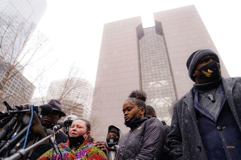 誤掏槍射殺非裔男 涉案女警和警察局長雙雙辭職