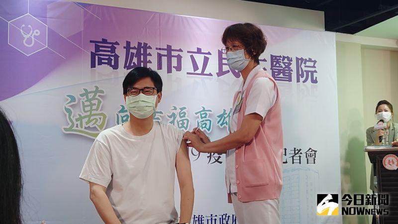 接種AZ疫苗 陳其邁笑:倒數1、2、3比較緊張