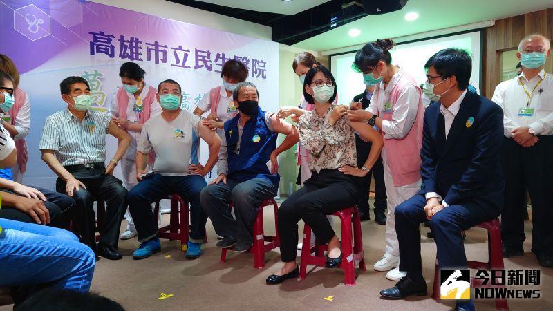 ▲身為醫師的市長陳其邁(右2)現場也觀看,並了解交通局長張淑娟等人接種疫苗的過程。(圖/記者鄭婷襄攝,2021.04.14)
