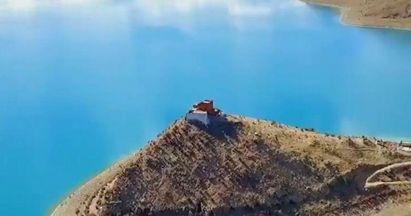 ▲日托寺位於西藏羊卓雍錯湖 (Yamdrok Lake) 中近期被冠上世上「最孤獨寺廟」的封號。(圖/擷取自China Daily/ANN)