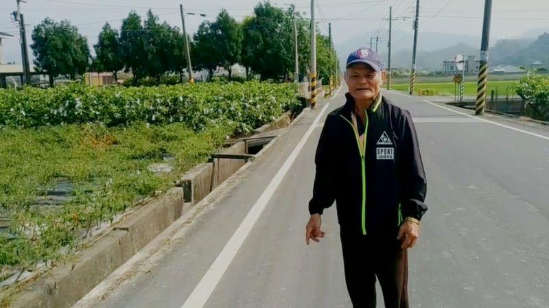蕭姓老農在圳溝旁農田撿到27,000元和一個皮夾。(圖/翻攝畫面)