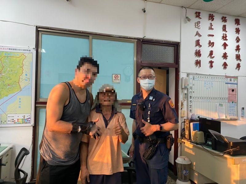 ▲倪姓港男(左)十分感謝熱心的蕭姓老農(中),和警方的協助,讓他順利找回皮夾。(圖/翻攝畫面)