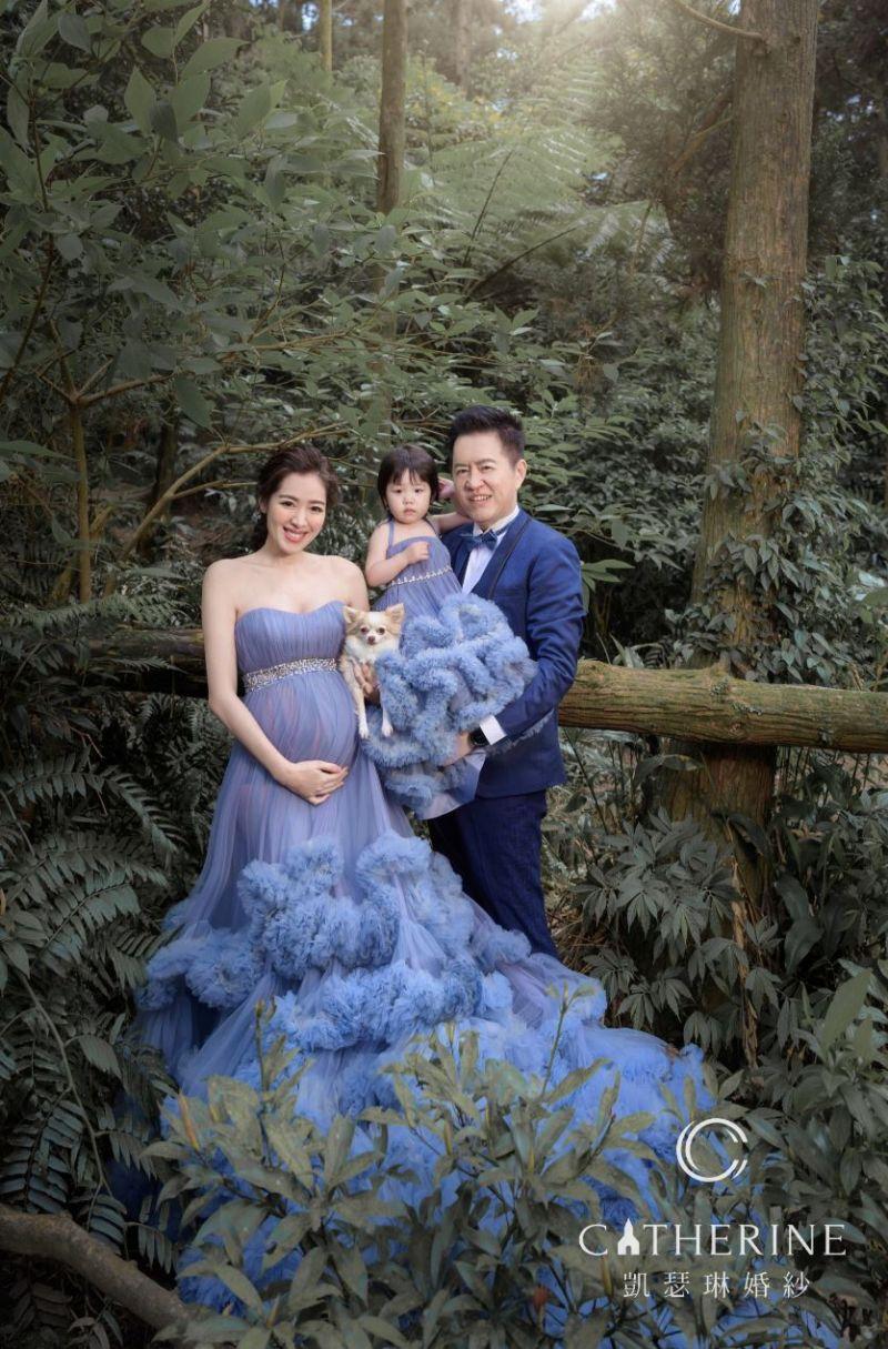 ▲劉伊心(左一)和女兒、愛犬穿同款禮服。(圖/凱瑟琳婚紗攝影)