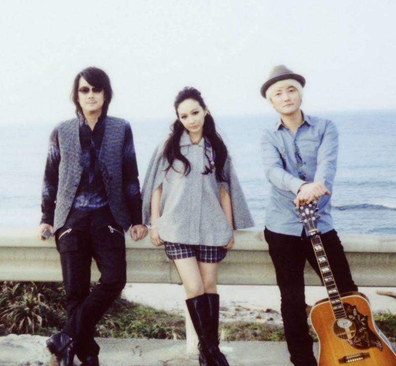 ▲F.I.R.由主唱Faye(中)、吉他手阿沁(右)及鍵盤手陳建寧組成,2004年出道便一炮而紅。(圖/F.I.R.臉書)