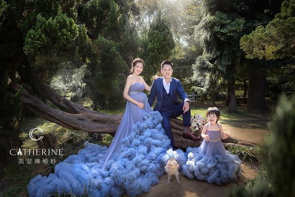 ▲劉伊心(左一)和愛犬、女兒穿同款禮服。(圖/凱瑟琳婚紗攝影)