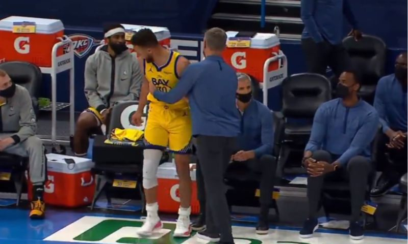 ▲Curry想上場,卻被Kerr攔下。(圖/取自NBATV)