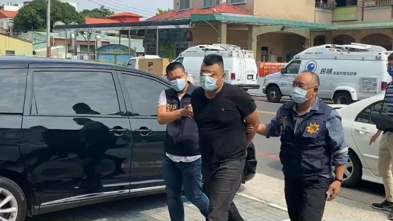 ▲嫌犯被押送至警局。(圖/翻攝畫面)