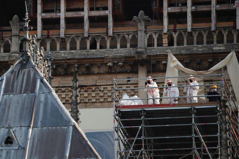 ▲聖母院的修復工程一度受到新冠肺炎影響減慢,但法國政府仍希望2024年能夠重新對外開放。(圖/美聯社/達志影像)