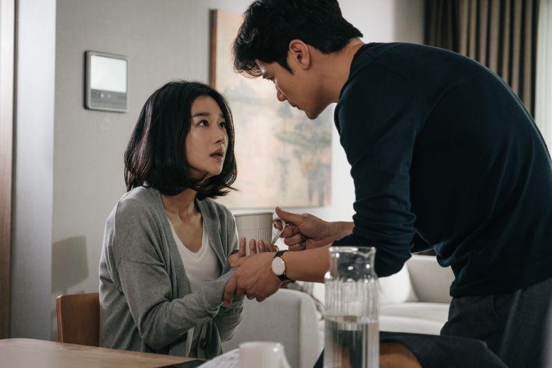 ▲片中,徐睿知(左)失憶,意外發現丈夫的恐怖祕密。(圖/甲上)