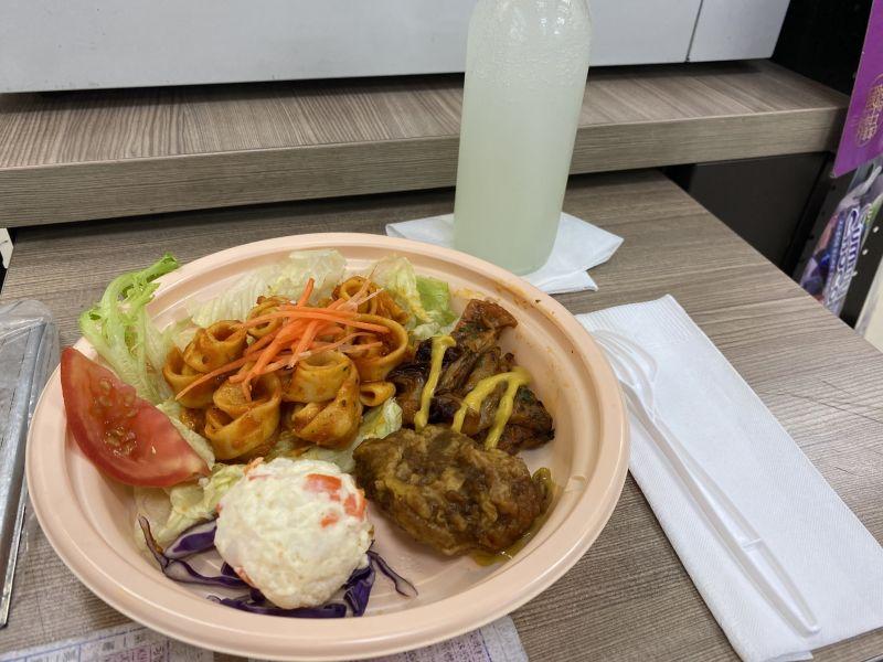 ▲不同的報廢食品每天都能擺成不同的菜色。(圖/翻攝臉書《靠北7-11》)