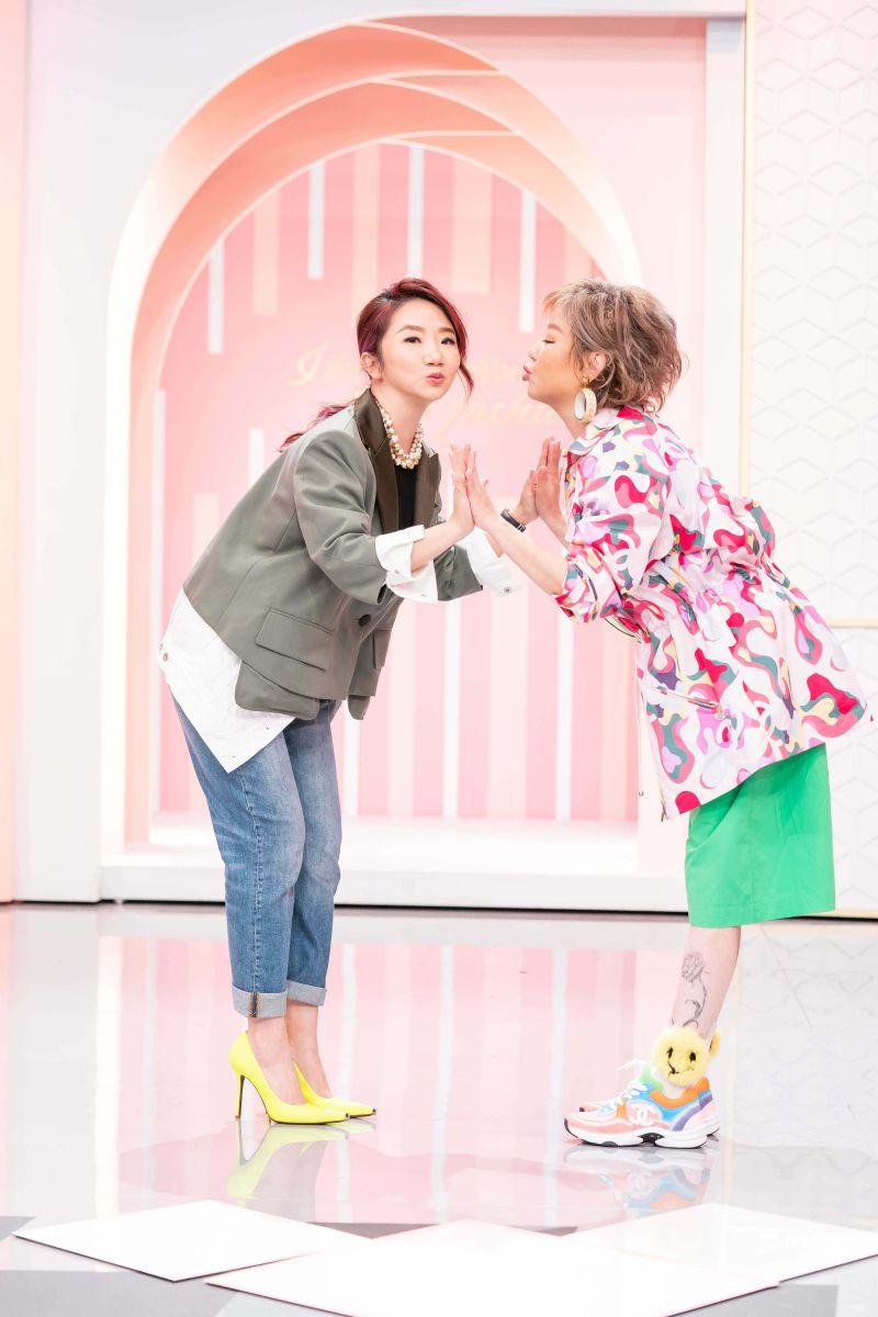▲陶晶瑩(左)熱心助攻藍心湄慶祝母親節。(圖/TVBS)