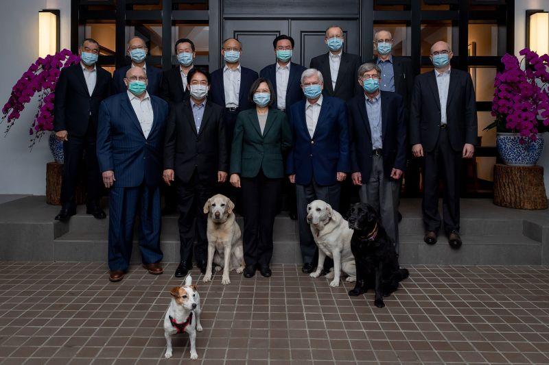 蔡英文官邸宴請陶德美訪團 四隻愛犬合照入鏡超吸睛