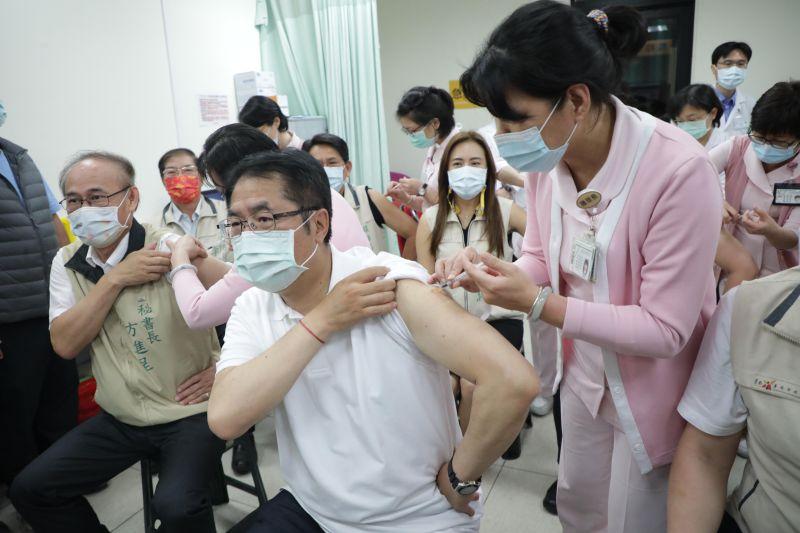疫情不明顯不代表不可怕 黃偉哲率市府團隊施打AZ疫苗