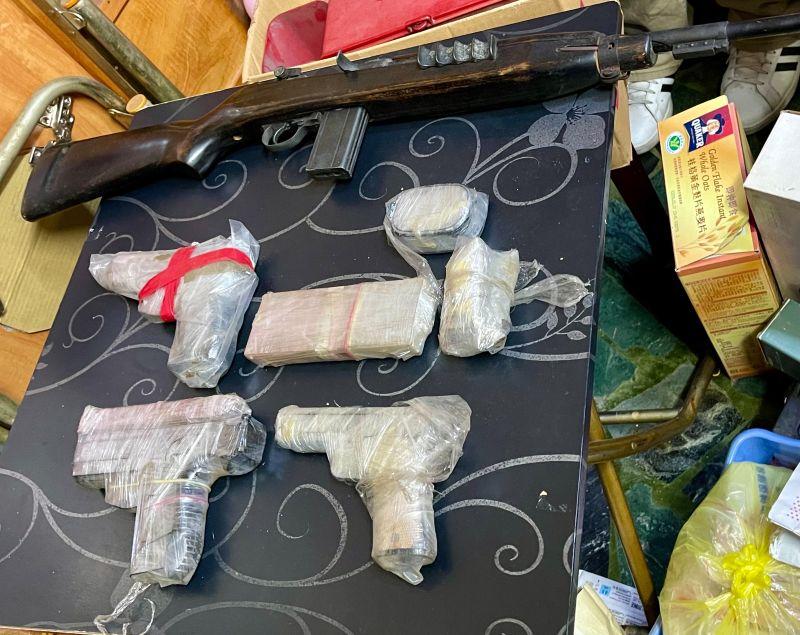 ▲專案小組當場查獲百餘公克海洛因、安非他命,以及多包毒品咖啡包及90、92、935型手槍3把、空氣長槍1支,以及各式子彈120顆。(圖/
