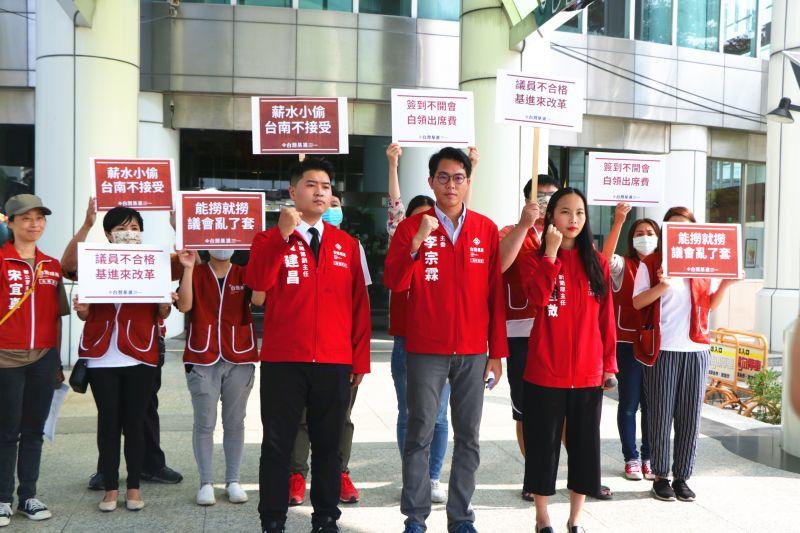 台灣基進台南黨部前進台南市議會宣布成立「台南市議會監督小組」,主委李宗霖表示:「議員不合格,那就交由基進來改革」。(圖/台灣基進台南黨部提供)