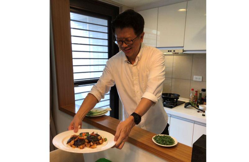 ▲來自新加坡的接任星展銀行(台灣)總經理林鑫川,不僅用「音樂」接地氣,也透過美食認識台灣,甚至還會到傳統市場買菜親自下廚。(圖/林鑫川提供)