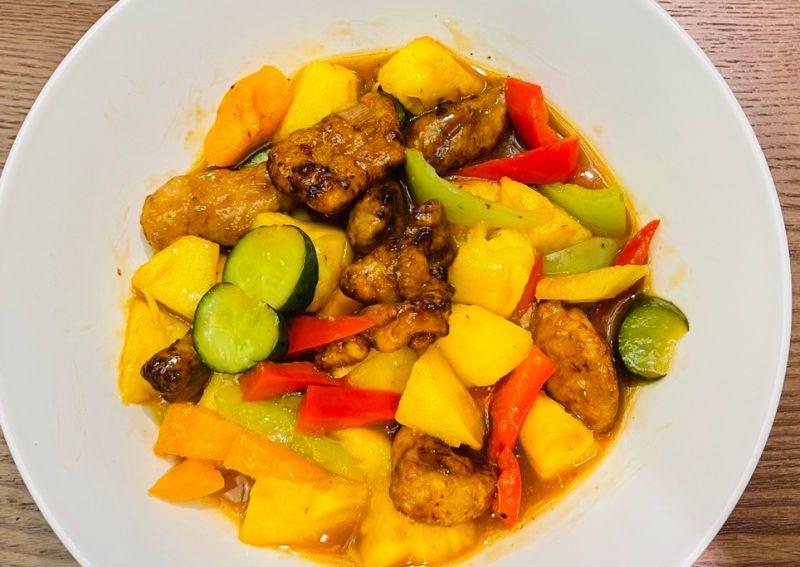 ▲星展銀行台灣總經理林鑫川也會上網學做菜,最近看到台灣鳳梨盛產,馬上就做了一道「鳳梨咕咾肉」料理。(圖/林鑫川提供)