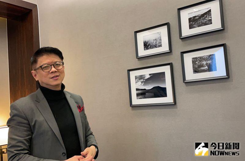 ▲星展銀行台灣總經理林鑫川,也透過手機紀錄台灣美景,辦公室牆上就掛著以春、夏、秋、冬「四季」為主題的4幅黑白照片。(圖/記者顏真真攝)
