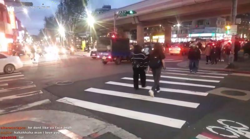 ▲外國實況主拍下台灣「馬路如虎口」的影片,認為大多駕駛不會禮讓過馬路的行人。(圖/翻攝自《B.C.