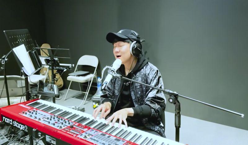 ▲▼JJ再度表演「吞CD」唱功。(圖/林俊傑YouTube)