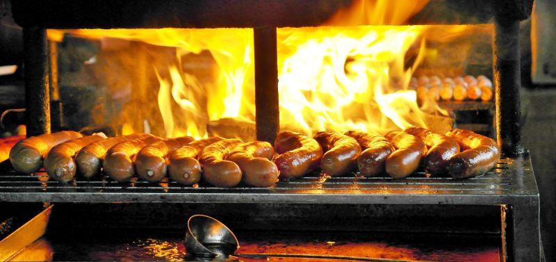 ▲有網友好奇「為什麼香腸伯的香腸可以烤得這麼好吃?」,貼文一出,就有內行網友揭秘香腸攤好吃的美味關鍵。(示意圖/取自pixabay)