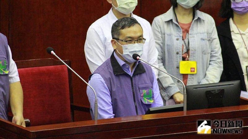 曾任市府顧問、現任聯醫總院長特助的劉嘉仁,16日進入議會接受議員質詢。