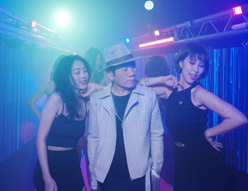 趙傳在新歌MV中大享齊人之福。(圖/旋風音樂提供)