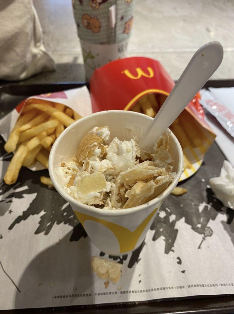 ▲從相片中可以看到,一隻「蛋捲冰淇淋」被搗碎在一個杯子裡,餅乾和霜淇淋部分融為一體。(圖/翻攝自網路論壇《Dcard》)