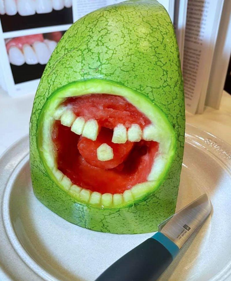 ▲女護理師到好市多購買西瓜,並替它雕刻出超逼真的牙齒。(圖/翻攝自《Costco好市多