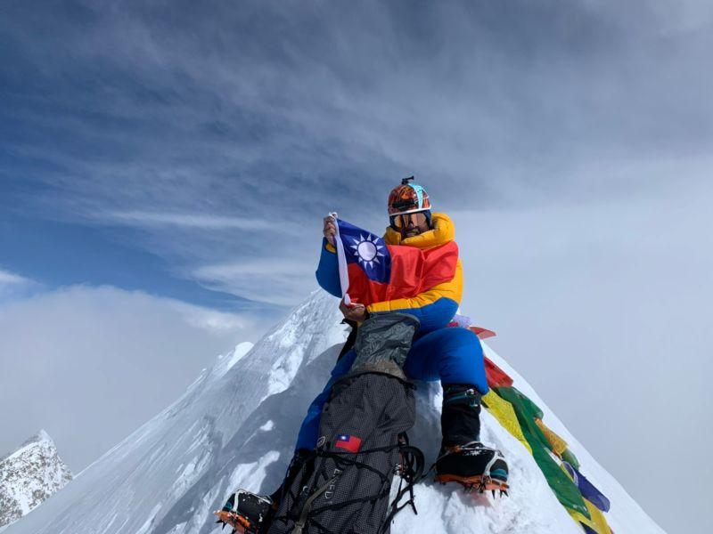 台灣人歷史新紀錄!呂忠翰攻上世界第十頂峰秀國旗