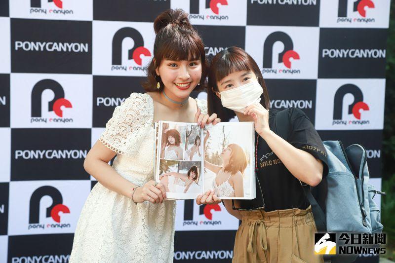 ▲李佳穎以「頭號粉絲」特別現身峮峮的日文寫真集簽名會。(圖/記者葉政勳攝)