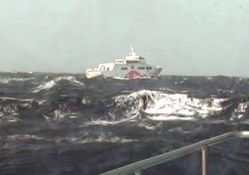 颱風環流影響海象惡劣 客輪故障海巡戒護返港