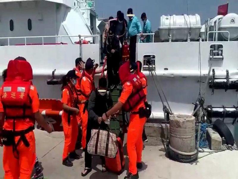 ▲10時20分客輪金星號安全進港泊靠碼頭,現場由南部分署第六岸巡隊派員安檢協助旅客下船。(圖/記者黃正忠翻攝,