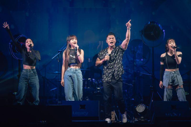 ▲ 李玖哲與師妹團IVI合唱《不缺》。(圖/寬宏藝術提供)
