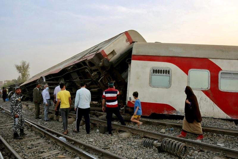 ▲埃及首都開羅以北的蓋盧比尤省(Qalyubia),18日發生火車出軌翻覆意外,已知至少逾100人受傷。(圖/美聯社/達志影像)
