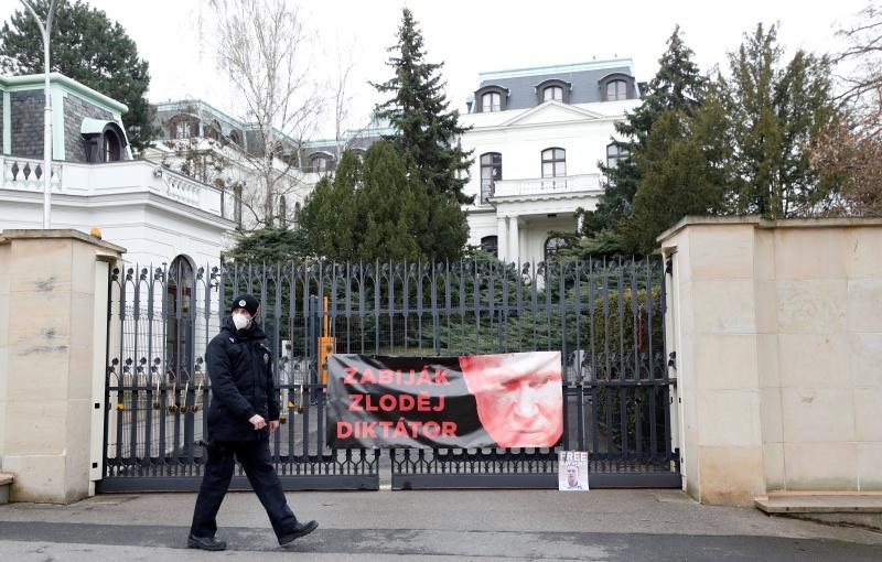 ▲為了報復捷克政府驅逐18名俄羅斯外交官,俄國也宣布驅逐20名捷克外交官,並限制這些外交官要在時限前離開俄國。捷克政府21日警告莫斯科,除非被逐出俄國的20名捷克國民在一天內獲准返回工作崗位,否則捷克可能驅逐更多俄羅斯外交官。圖為近日的俄羅斯駐捷克大使館門口,被抗議者掛上批評普丁是獨裁者的海報。(圖/美聯社/達志影像)