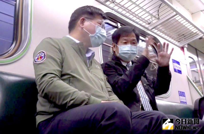 ▲交通部長林佳龍(左)、次長祁文中(右)也在清晨5點27分自宜蘭搭乘首發區間車前往花蓮。(圖/記者王嘉鴻攝,2021.04.19)
