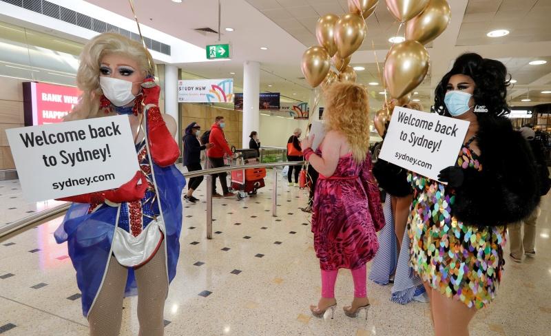 ▲澳洲與紐西蘭今天寫下疫情里程碑,開始實施邊境開放制度,讓澳洲居民1年多來首度得以在不必隔離2週的情況下入境紐西蘭。數以百計乘客今天湧入澳洲機場。(圖/美聯社/達志影像)